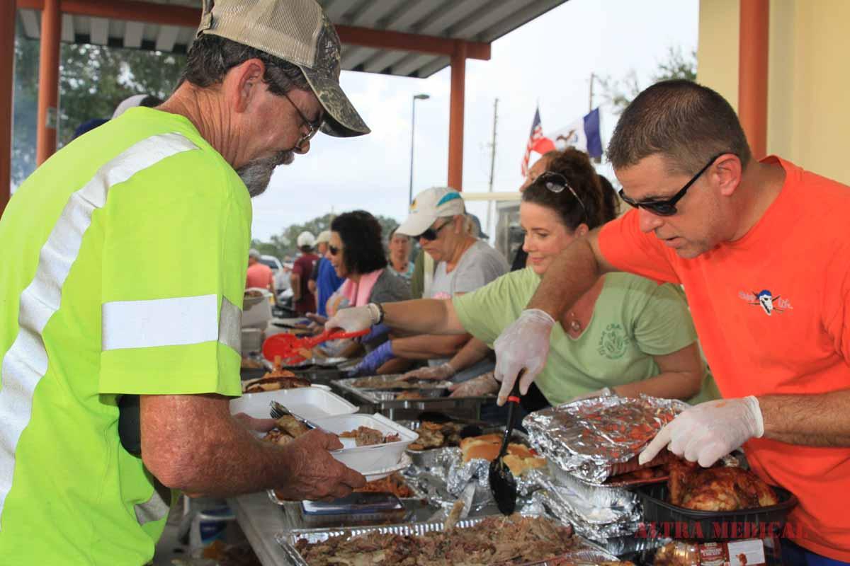 Seminole_serving_linemen